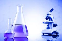 Ciencia de la química, fondo de la cristalería de laboratorio Fotografía de archivo