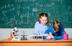 Ciencia de la qu?mica experimentos de la biolog?a con el microscopio Cient?fico de los ni?os que gana qu?mica en laboratorio de l foto de archivo