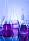 Ciencia de la química, fondo de la cristalería de laboratorio Imagen de archivo
