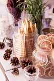Ciency plasterki wysuszonej bonkrety cytryny pomarańczowy burak Na stole, szkło słoje z wysuszonymi owoc obok kłamstwa konusują obraz royalty free