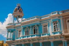 cienfuegos古巴 帕拉西奥费勒在何塞马蒂公园,文化本杰明杜瓦特的议院 与wh的美丽的经典蓝色大厦 免版税库存图片