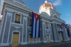 cienfuegos Κούβα Δημαρχείο με τις σημαίες Κουβανού και μερών στην πρόσοψη κατά τη διάρκεια του εορτασμού της 1ης Ιανουαρίου Στοκ Εικόνες