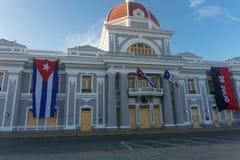 cienfuegos Κούβα Δημαρχείο με τις σημαίες Κουβανού και μερών στην πρόσοψη κατά τη διάρκεια του εορτασμού της 1ης Ιανουαρίου Στοκ φωτογραφία με δικαίωμα ελεύθερης χρήσης