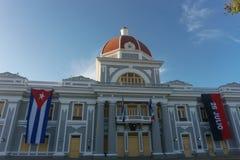 cienfuegos Κούβα Δημαρχείο με τις σημαίες Κουβανού και μερών στην πρόσοψη κατά τη διάρκεια του εορτασμού της 1ης Ιανουαρίου Στοκ Εικόνα