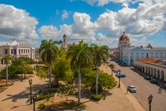 CIENFUEGOS, КУБА: Кубинський взгляд города от верхней части Муниципалитет, здание муниципалитет, дворец правительства и Catheadra Стоковое Фото