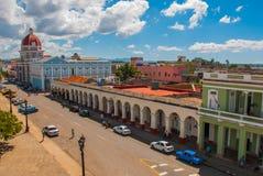 CIENFUEGOS, КУБА: Кубинський взгляд города от верхней части Муниципалитет, здание муниципалитет, дворец правительства Стоковое фото RF
