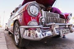 CIENFUEGOS, КУБА - 11-ое марта 2018 красный Шевроле 350 fitfyfive - кочевник 1955 Chevy Restomod Взгляд под передним bonnet на en Стоковое Изображение RF