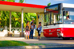 CIENFUEGOS, КУБА - 12-ОЕ СЕНТЯБРЯ 2015: Автобусная станция Стоковая Фотография
