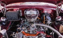 CIENFUEGOS, CUBA - 11 de março de 2018 Chevrolet vermelho 350 fitfyfive - Chevy Nomad Restomod 1955 Vista sob a capota dianteira  Foto de Stock