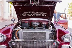 CIENFUEGOS, CUBA - 11 de março de 2018 Chevrolet vermelho 350 fitfyfive - Chevy Nomad Restomod 1955 Vista sob a capota dianteira  Fotos de Stock Royalty Free