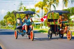 CIENFUEGOS, CUBA - 12 DE SETEMBRO DE 2015: Bicitaxis Imagem de Stock