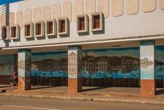 Cienfuegos, Cuba : Graffiti sur le mur de la maison, le paysage avec des maisons et une rivière avec des bateaux Rue traditionnel Image stock