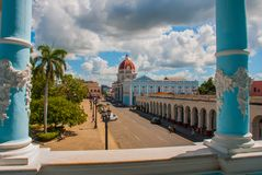 CIENFUEGOS, CUBA: La vista cubana de la ciudad del top El municipio, ayuntamiento, palacio del gobierno Fotos de archivo libres de regalías