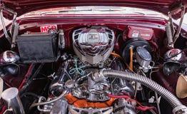 CIENFUEGOS, CUBA - MAART 11, 2018 Rood fitfyfive Chevrolet 350 - 1955 Chevy Nomad Restomod Mening onder de voorbonnet op engi Stock Foto