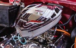 CIENFUEGOS, CUBA - MAART 11, 2018 Rood fitfyfive Chevrolet 350 - 1955 Chevy Nomad Restomod Mening onder de voorbonnet op engi Royalty-vrije Stock Afbeeldingen