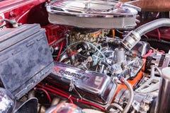 CIENFUEGOS, CUBA - MAART 11, 2018 Rood fitfyfive Chevrolet 350 - 1955 Chevy Nomad Restomod Mening onder de voorbonnet op engi Stock Fotografie