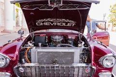 CIENFUEGOS, CUBA - MAART 11, 2018 Rood fitfyfive Chevrolet 350 - 1955 Chevy Nomad Restomod Mening onder de voorbonnet op engi royalty-vrije stock foto's