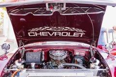 CIENFUEGOS, CUBA - MAART 11, 2018 Rood fitfyfive Chevrolet 350 - 1955 Chevy Nomad Restomod Mening onder de voorbonnet op engi Stock Afbeeldingen
