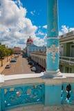 CIENFUEGOS, CUBA : Vue de la municipalité de bâtiment par les colonnes bleues du palais images libres de droits