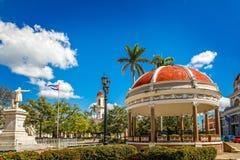 Cienfuegos Jose Marti Central Park com palmas, pavilhão e hist imagens de stock royalty free
