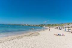 "Cienfuegos, Kuba-†""am 1. Januar 2017: Karibischer Strand Playa Rancho Luna in Cienfuegos Sandy-Küste lizenzfreie stockfotos"