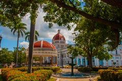 CIENFUEGOS, KUBA: Ansicht von Quadrat Parque Jose Marti in Cienfuegos Der Stadtbezirk und das Rundbau mit einer roten Haube stockbilder