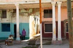 26/04/2019 Cienfuegos, Kuba, gataplats med höga vuxna människor som står och sitter vid gatan i Cienfuegos arkivbilder