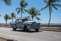 CIENFUEGOS KUBA - JANUARI 30, 2013: Gammal klassisk amerikanaredr Arkivbild