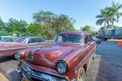 CIENFUEGOS KUBA - MARS 23, 2012: Lantlig parkering med retro Ford Arkivbilder