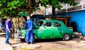 Cienfuegos, Kuba - 2019 Mechaniker, der ein altes klassisches amerikanisches Auto repariert lizenzfreies stockfoto