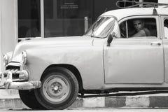 07/07/2015 Cienfuegos, Kuba per mandrevforntid är hans återställda klassiska bil, men dess tydligt att tid har tagit dess avgift  royaltyfri bild