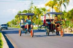 CIENFUEGOS KUBA - SEPTEMBER 12, 2015: Bicitaxis Royaltyfri Foto