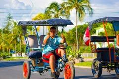 CIENFUEGOS KUBA - SEPTEMBER 12, 2015: Bicitaxis Arkivbilder