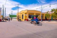 CIENFUEGOS KUBA - SEPTEMBER 12, 2015: Bicitaxis Royaltyfri Bild