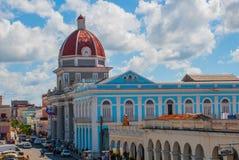 CIENFUEGOS KUBA: Sikt från terrassen av byggnadskommunen, stadshus, regerings- slott royaltyfri foto
