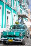 CIENFUEGOS KUBA, STYCZEŃ, - 26, 2013 Klasyczny Amerykański parking samochodowy dalej Zdjęcia Stock