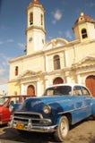 CIENFUEGOS KUBA, STYCZEŃ, - 21, 2013 Klasyczny Amerykański parking samochodowy dalej Obrazy Stock
