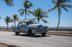 CIENFUEGOS KUBA, STYCZEŃ, - 30, 2013: Stary klasyczny Amerykański samochodowy dr Fotografia Stock