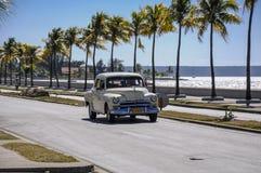 CIENFUEGOS KUBA, STYCZEŃ, - 30, 2013: Stary klasyczny Amerykański samochodowy dr Zdjęcia Royalty Free