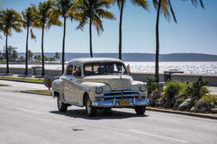 CIENFUEGOS KUBA, STYCZEŃ, - 30, 2013: Stary klasyczny Amerykański samochodowy dr Zdjęcia Stock