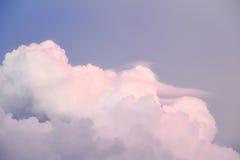 Cienia niebo z purpurowymi chmurami Zdjęcie Royalty Free