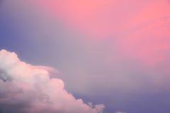 Cienia niebo z różowymi chmurami Zdjęcia Stock
