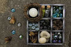 Cienia pudełka czerń i srebro wypełniający z rzeczami eath, Zdjęcia Stock