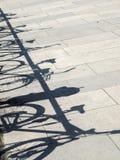 Cienie bicykl na brukowych cegiełkach obrazy stock