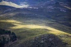 Cienie chmury nad masywnym pasmem górskim - Somerset Zachodni, Zachodni przylądek, Południowa Afryka zdjęcie stock