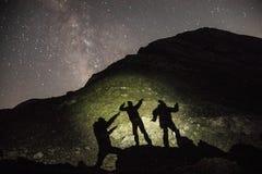 Cienie ludzie w górze z Milky sposobem w plecy zdjęcie stock