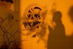 Cienie modlenie michaelita na świątyni ścianie w świetle słonecznym Obrazy Stock