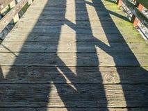 Cienie na drewnianym moscie Zdjęcia Royalty Free