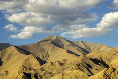 Cienie na skłonach pustynne góry w wieczór fotografia stock