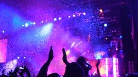 Cienie oklaskuje przy fantastycznym przedstawieniem widownia, kolorowy confetti w powietrzu zdjęcie wideo